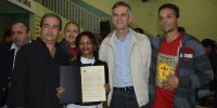 Vereador na entrega de títulos de posse às famílias do Residencial Vila Penteado